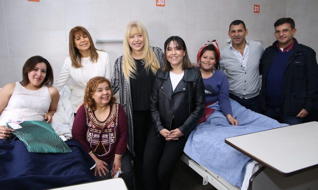 La ministra visitó a pacientes de La Maternidad en su día