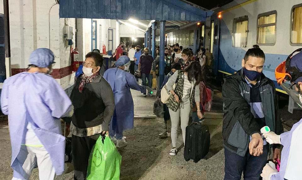 Salud desplegó un operativo sanitario en el arribo a la provincia del primer tren de pasajeros en pandemia